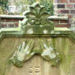 Bild Grabstein mit Händen