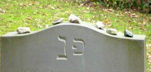 BIld Steine auf Grabstein