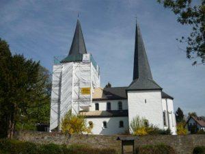 Bild Verhuellung der Kirche